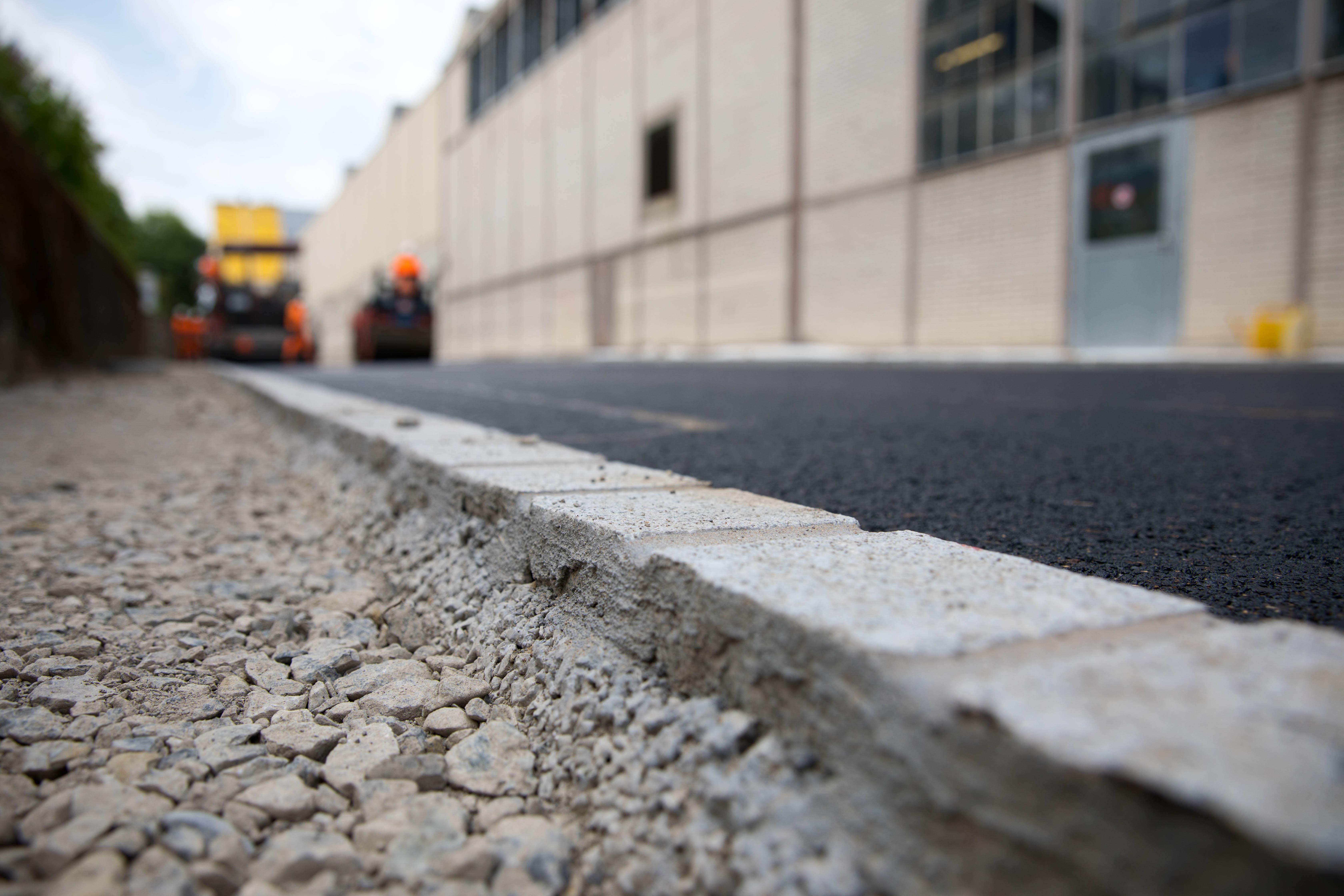 Effizient und zuverlässig ausgeführte Belagsarbeiten – ergänzt durch ein Portfolio an Spezialgebieten: Das ist der Bereich Wege- und Strassenbau von ERNE.